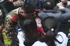 """Bé gái 2 tuổi bị kẹp tay vào thang máy cuốn vì tai nạn """"trên trời"""""""