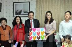 Đại sứ Việt Nam tại Hàn Quốc tặng quà cô dâu người Việt dịp Tết
