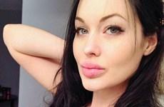 Bản sao của Angelina Jolie khó kiếm bạn trai vì vòng 1 ngoại cỡ
