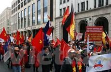 Đông đảo người Việt tại Đức biểu tình phản đối Trung Quốc