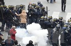 Pháp: Người biểu tình ném gạch, cảnh sát đáp trả bằng lựu đạn cay