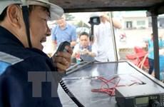 Hỗ trợ máy thông tin liên lạc cho tàu cá giúp ngư dân bám biển