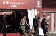 Cho nổ túi đồ nghi đựng bom ngay sát xe chở đội tuyển Pháp