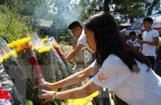 Thanh niên kiều bào dâng hương viếng mộ Đại tướng Võ Nguyên Giáp