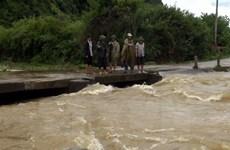 Bộ đội cùng ứng phó sự cố nước tràn vào thủy điện A Roàng