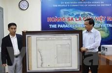 Tặng bản đồ khẳng định chủ quyền Hoàng Sa cho huyện Hoàng Sa