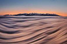 Ảnh đẹp trong tuần: Sóng cuộn mây trên đỉnh dãy núi Karpat