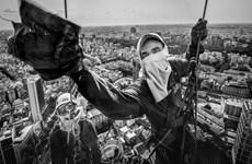 Ảnh đẹp trong tuần: Thót tim với bức ảnh lau cửa kính ở Việt Nam