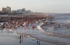 Hàng chục nghìn du khách đổ về Sầm Sơn tránh nóng