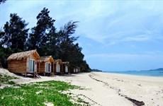 Dẹp bỏ việc lắp ghép nhà gỗ kinh doanh trái phép ở bãi biển Cô Tô