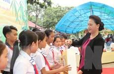 Chủ tịch Quốc hội vui Tết Trung thu với thiếu nhi tỉnh Tuyên Quang