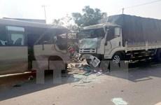 Va chạm xe khách và xe container trong đêm, 14 người thương vong