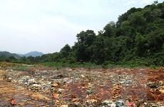 Bãi rác lộ thiên ở Hà Giang: Dân ngồi trong màn ăn cơm tránh ruồi