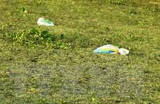 Tây Ninh: Ngang nhiên thả từng bao rác xuống lòng kênh