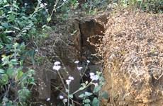 Sụt lún kéo dài hàng trăm mét đe đọa cuộc sống người dân đồi Cao