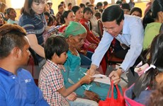 Trưởng ban Tuyên giáo Trung ương tặng quà cho gia đình chính sách