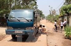 Bé gái 15 tháng tuổi đứng chơi giữa đường bị xe tải đâm tử vong