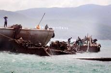 Trục vớt và thanh thải tàu hàng mắc cạn hơn 1 năm ở biển Vạn Ninh
