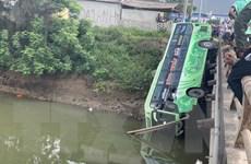 Xe khách lao xuống sông khiến 1 người chết, nhiều người bị thương