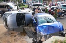 Ôtô đâm liên hoàn 5 xe máy và 1 ôtô khác khiến 3 người bị thương