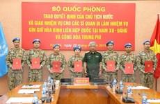 [Photo] Trao quyết định cho sỹ quan làm nhiệm vụ gìn giữ hòa bình