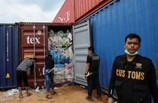 Hải quan Indonesia gửi trả 8 container rác thải về Australia