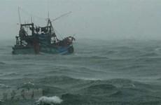 Quảng Bình: Cứu hộ bốn ngư dân, tích cực tìm kiếm hai người mất tích
