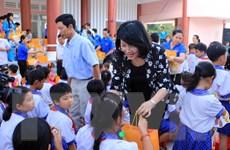 Phó Chủ tịch nước gặp gỡ đoàn trẻ em vượt khó học giỏi