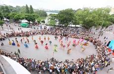 Không gian đi bộ hồ Hoàn Kiếm - Nơi hội nhập văn hóa trong, ngoài nước