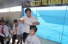 Hà Tĩnh: Tiệm cắt tóc không đồng dành cho học sinh nghèo