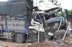 Xe tải đâm trực diện đầu xe khách giường nằm khiến 6 người bị thương