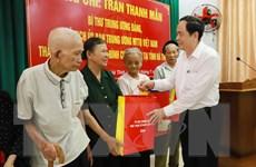 Chủ tịch Ủy ban MTTQ Việt Nam tặng quà gia đình chính sách ở Hà Tĩnh