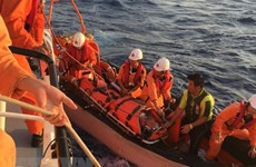 Bệnh xá đảo Song Tử Tây cấp cứu kịp thời ngư dân bị thương trên biển