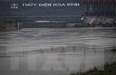 [Photo] Nước sông Đà dâng cao, người dân xuống tắm bất chấp nguy hiểm