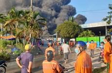 Bình Dương: Cháy ở công ty môi trường, khu dân cư chìm trong khói đen