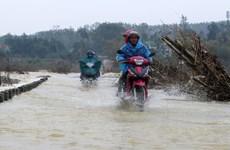 [Photo] Quảng Ngãi: Người dân liều mình vượt bờ tràn khi nước lũ đổ về