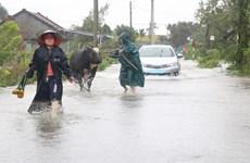 Nước lũ dâng cao chia cắt nhiều khu dân cư ở tỉnh Phú Yên