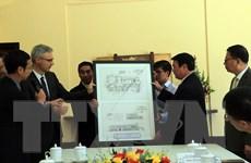Hình ảnh Đại sứ Pháp tặng bản sao số hóa thiết kế dinh 3 Bảo Đại