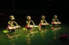 Múa rối nước kết hợp múa rối cạn để kéo khán giả đến rạp