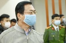 Hình ảnh bị cáo Vũ Huy Hoàng đến tòa xử sai phạm đất đai tại Sabeco
