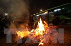 [Photo] Người dân Hà Nội đốt lửa sưởi ấm trên phố giữa cái lạnh tê tái