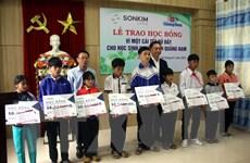 Trao học bổng cho học sinh vùng bị ảnh hưởng bão lũ tại tỉnh Quảng Nam