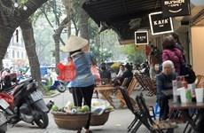 Tái diễn tình trạng lấn chiếm vỉa hè cho người đi bộ ở Hà Nội