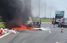 Xe 7 chỗ cháy trơ khung trên cao tốc Pháp Vân-Cầu Giẽ-Ninh Bình