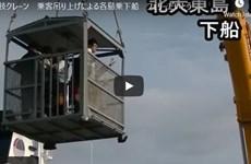 """Trải nghiệm """"kinh hoàng"""" khi di chuyển bằng cần cẩu đến đảo ở Nhật Bản"""