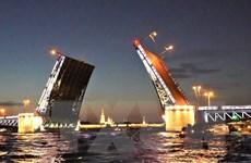 Ngắm cầu mở về đêm ở thành phố của những cây cầu St. Petersburg