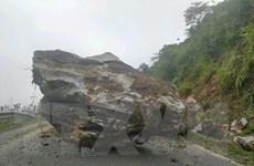 Điện Biên: Khắc phục sự cố đá cỡ lớn rơi xuống gây tắc Quốc lộ 279