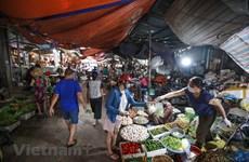 Dịch COVID-19: Chợ Hà Nội vắng hơn, giá hàng hóa vẫn ổn định