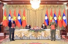 Lễ ký kết văn kiện hợp tác giữa các bộ, ngành, doanh nghiệp Việt-Lào