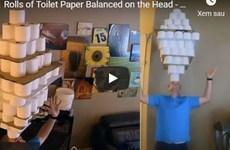 Lập kỷ lục Guinness khi dùng đầu cân bằng 101 cuộn giấy vệ sinh